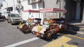 Turnera cykeln i gatahörnet Fotografering för Bildbyråer