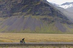 Turnera cyklisten cyklar i Island på sommarsäsongen arkivfoton