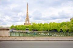 Turnera den Effiel sikten från bron av bim i molnig dag Arkivfoton