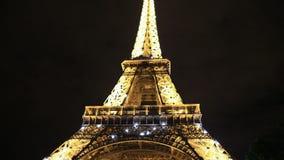 Turnera den Eiffel natten lager videofilmer