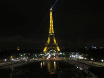 Turnera den Eiffel nattsikten Royaltyfria Bilder