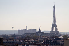 Turnera den Eiffel sikten från Pariss tak - Frankrike Arkivbilder