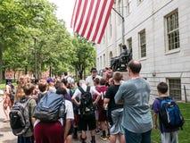 Turnera den handbokgåvaJohn Harvard statyn i den Harvard gården Royaltyfri Bild