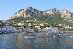 Turnera fartyg som bogserar blåa grottabåtuthyrare, Marina Grande, Capri, Ita Royaltyfri Bild