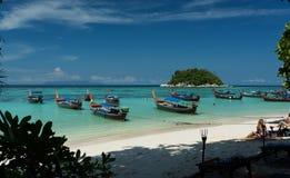 Turnera fartyget i stranden Koh Lipe ö - Thailand Arkivfoto