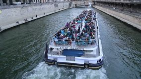 Turnera fartyget och Notre Dame i Paris, Frankrike arkivfilmer