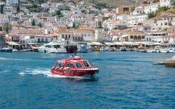 Turnera fartyget som lämnar den grekiska öhydraen Arkivfoto