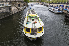 Turnera fartygseglingen på en kanal i Berlin, Tyskland Royaltyfria Bilder