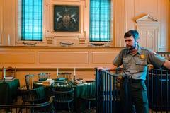 Turnera handbokvisningturisten runt om självständighet Hall i Philadelphia royaltyfria foton