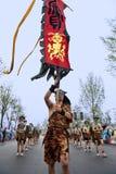 Turnera showkapacitet av kinesiska etniska dansare Royaltyfria Bilder