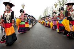 Turnera showkapacitet av kinesiska etniska dansare Royaltyfria Foton