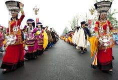 Turnera showkapacitet av kinesiska etniska dansare Royaltyfri Foto