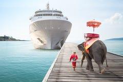 Turnerar väntande turister för elefant från kryssningskepp för ritt Arkivbild