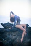 Turnermädchen, das auf einem Stein sitzt Lizenzfreies Stockfoto