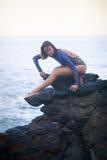 Turnermädchen, das auf einem Stein steht Stockfoto