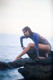 Turnermädchen, das auf einem Stein steht Lizenzfreie Stockfotos