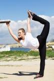 Turnermeisje die uitrekkende oefening doen Royalty-vrije Stock Foto