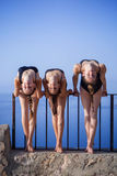 Turners, dansers die zich in openlucht uitrekken Stock Fotografie