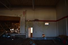 Turnhalle in einer verlassenen Schule Stockfotos