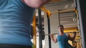 Turnhalle - muskulöser Mann führt Hocken mit Barbell durch stock video