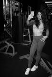 Turnhalle selfie der sexy Frau Stockfotos