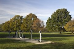 Turnhallen-Ausrüstung im Freien in Wickford Memorial Park, Essex, England lizenzfreie stockfotos