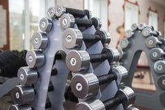 Turnhallengewichte und -ausrüstungen Stockfotos