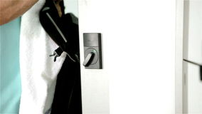 Turnhallenmitglied nimmt Tasche vom Schließfach