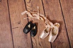 Turnhallenschuhe und Ballett pointe Schuhe Lizenzfreies Stockbild