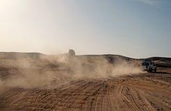 Turniejowa bie?na wyzwanie pustynia Samoch?d pokonywa? piasek diun przeszkody Samoch?d jedzie offroad z chmurami Offroad py? obrazy royalty free