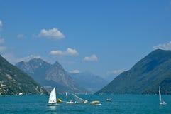 Turniejowi wioślarze na jeziorze, Szwajcaria Zdjęcie Royalty Free