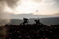 Turnier zwischen zwei Rittern zu Pferd Sonnenuntergang auf Hintergrund Selektiver Fokus Stockfoto
