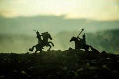 Turnier zwischen zwei Rittern zu Pferd Sonnenuntergang auf Hintergrund Selektiver Fokus Lizenzfreies Stockbild