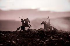 Turnier zwischen zwei Rittern zu Pferd Sonnenuntergang auf Hintergrund Selektiver Fokus Lizenzfreie Stockfotos
