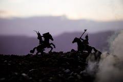 Turnier zwischen zwei Rittern zu Pferd Sonnenuntergang auf Hintergrund Selektiver Fokus Stockfotografie