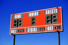 Turno del hogar de la huelga de la bola del marcador del béisbol imagen de archivo