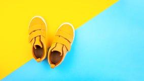 Turnschuhe auf einem modischen Farbhintergrund, Draufsicht, Sommerschuhe lizenzfreies stockbild
