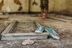 Turnschuhe in einem verlassenen Gebäude Stockfoto