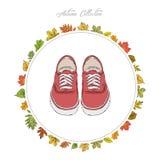 Turnschuhe Schuhe des Handabgehobenen betrages Bunter Kürbis auf der Tabelle Feld des Herbstes Le Stockbild