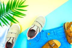 Turnschuhe und Sandalen auf einem modischen Farbhintergrund, Draufsicht, Sommerschuhe lizenzfreie stockfotos