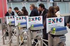 Turnstiles met het embleem van Expo 2015 bij Beetje 2014, internationale toerismeuitwisseling in Milaan, Italië Stock Afbeeldingen