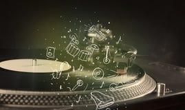 Turntable играя классическую музыку с аппаратурами нарисованными значком Стоковая Фотография