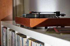 Turntable на славной простой полке стоковые фотографии rf