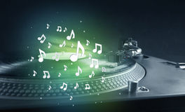 Turntable bawić się muzykę z audio zauważa jarzyć się Fotografia Stock