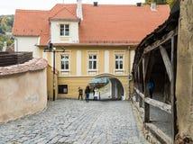 Turnului街道导致入口老镇在Sighisoara市在罗马尼亚 库存图片