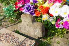 Turov, Białoruś - 28 2013 Czerwiec: leczniczy kamienny dorośnięcie krzyż miejsce pielgrzymka Czerwiec 28, 2013 w miasteczku Turov Obraz Stock