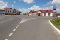 Turov, Bielorrússia - 7 de agosto de 2016: a área central da cidade com um hotel e um café fotografia de stock royalty free