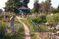 Turov, Bielorrússia - 28 de junho de 2013: uma cruz crescente de pedra cura um lugar peregrinação do 28 de junho de 2013 na cidad imagem de stock