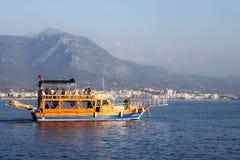 TURQUÍA, ALANYA - 10 DE NOVIEMBRE DE 2013: Turistas de los veraneantes en un pequeño barco de cruceros en el mar Mediterráneo Fotos de archivo libres de regalías