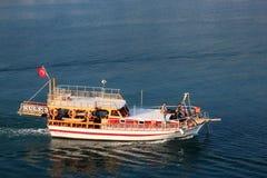 TURQUÍA, ALANYA - 10 DE NOVIEMBRE DE 2013: Turistas de los veraneantes en un pequeño barco de cruceros en el mar Mediterráneo Foto de archivo